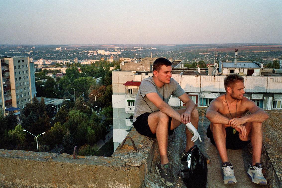 Matti Cordewinus und Shacke auf dem Dach